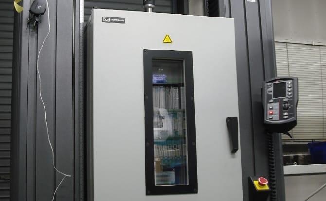 恒温槽付き万能試験機の写真
