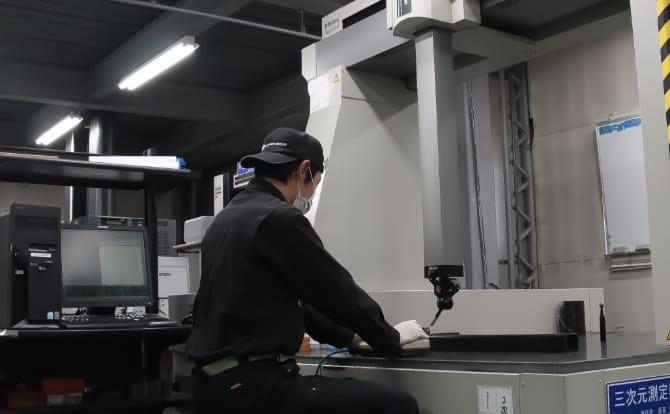 門型3次元測定器で作業している人の写真