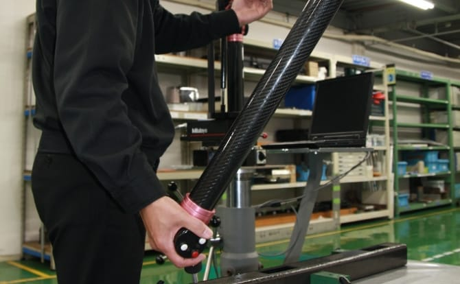 アーム式3次元測定装置(スピンアーム)と作業員の写真